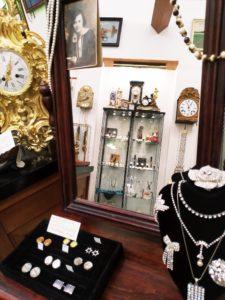 Starožitné doplňky a šperky v Clock Gallery v Praze