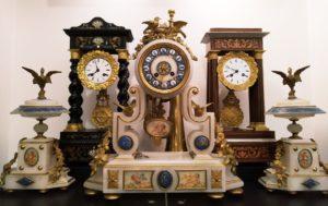 Starožitné sloupkové hodiny v Clock Gallery v Praze