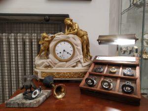 Starožitné krbové hodiny v Clock Gallery Praha