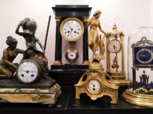 Starožitné stolní hodiny v Clock Gallery v Praze