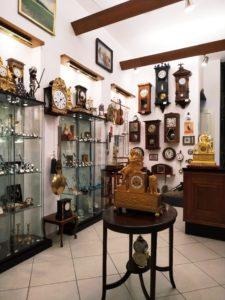 Starožitné nástěnné hodiny v Clock Gallery v Praze